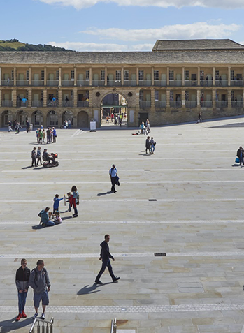 A fairly populated image of the piece halls courtyard.