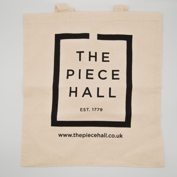 The piece hall tote bag in creme.
