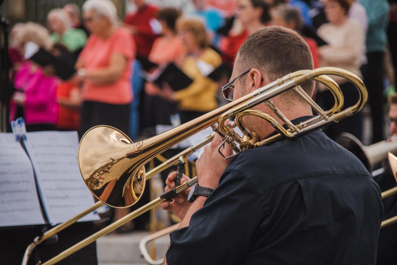 Man paying the trumpet